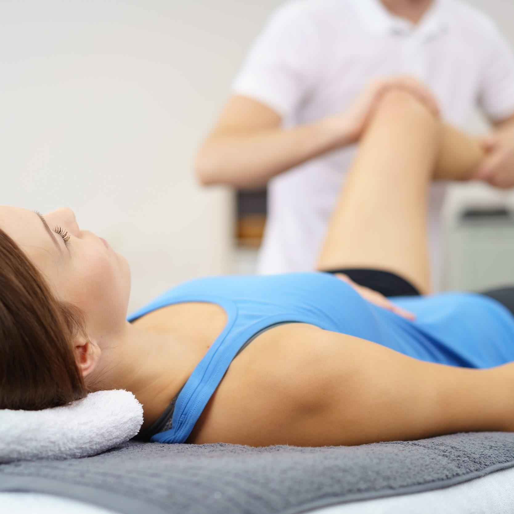 Therapeut mobiliseert een knie