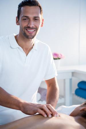 Kinesitherapeut geeft rugmassage